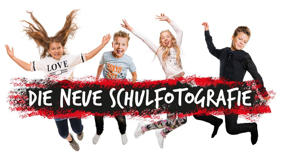 Vier springende Kinder hinter dem logo für die Neue Schulfotografie.